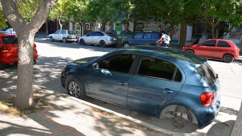 Otro ataque de los robarruedas: dejaron un auto sobre el asfalto en el centro neuquino