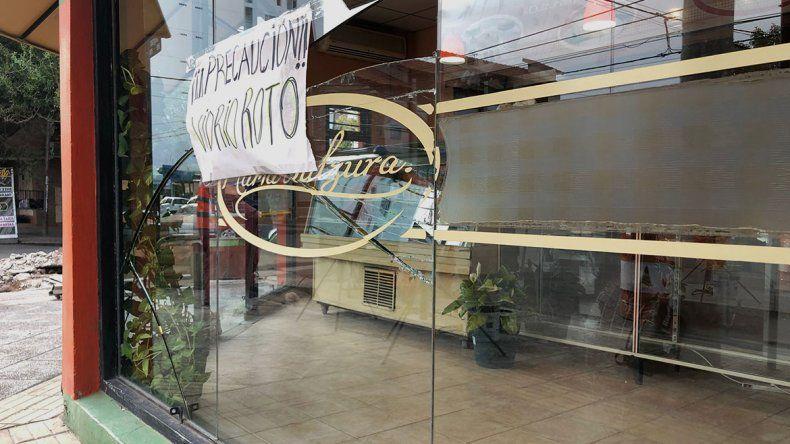 Otro ataque a una panadería del centro: rompieron los vidrios a patadas pero no pudieron entrar