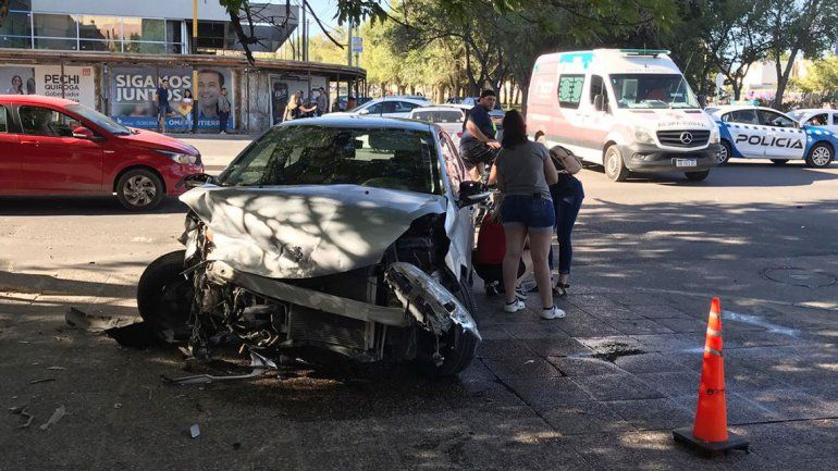 Caos en plena Avenida por un violento choque entre dos autos