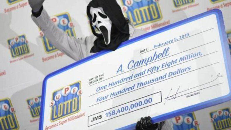 Se ganó la lotería y fue a cobrar enmascarado