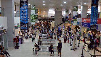 un reclamo de aeronauticos complica tareas en el aeropuerto