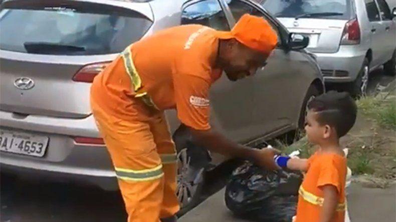 Se hizo viral: el video del nene que tiene como ídolos a los basureros