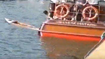 mira el dramatico rescate luego que una lancha choco a dos canoas