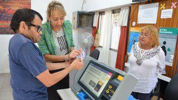 ensenan a discapacitados a emitir el voto electronico