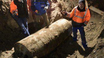 evacuan a 1800 personas y detonan bomba de 75 anos