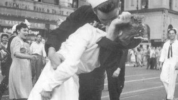 murio el protagonista de la foto que plasmo un beso historico