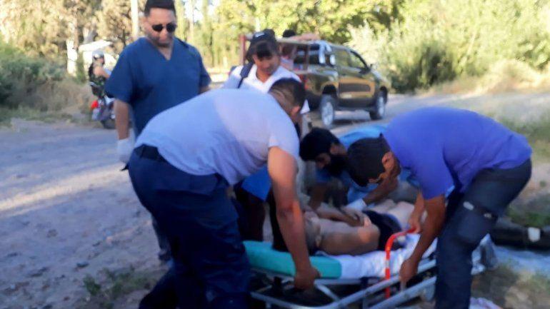 Policías salvaron a un hombre y su hijo que se estaban ahogando en un canal de Centenario