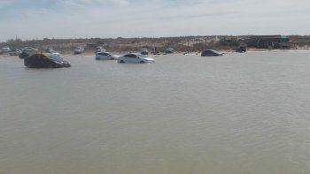 marea extraordinaria atrapa a decenas de autos en piedras coloradas