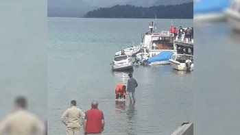 fallaron los frenos y una camioneta termino adentro del lago
