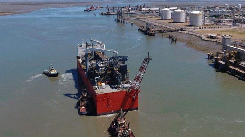 YPF ya carga GNL para exportar en Bahía Blanca