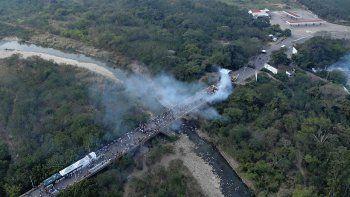 cinco muertos y 30 camiones con ayuda retenidos en las fronteras