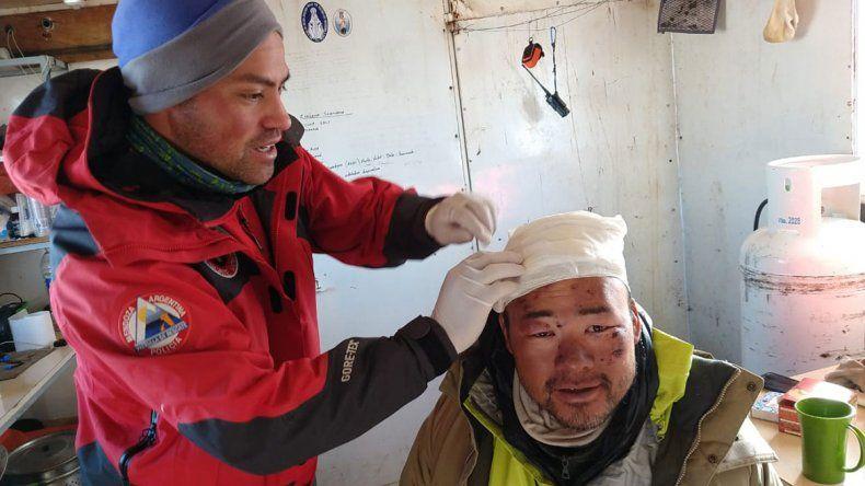 Un japonés se cayó en el Aconcagua y se salvó por una cueva