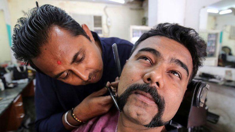 Se dejan el bigote para homenajear a un piloto héroe