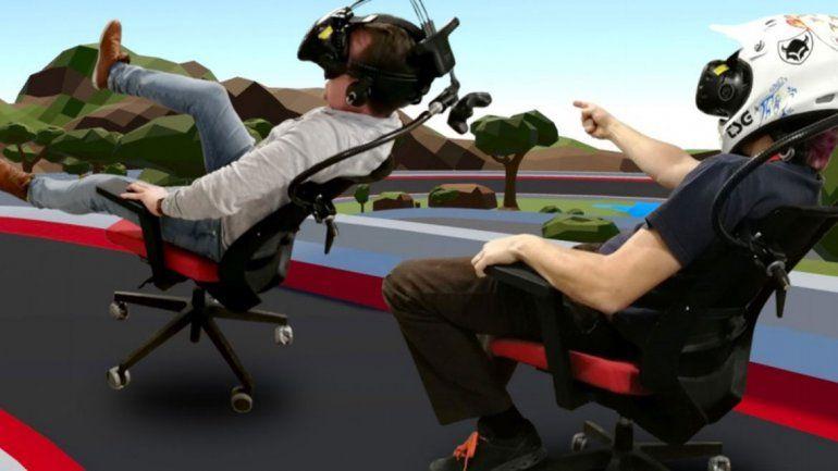 Modifican una silla de oficina para jugar carreras en realidad virtual