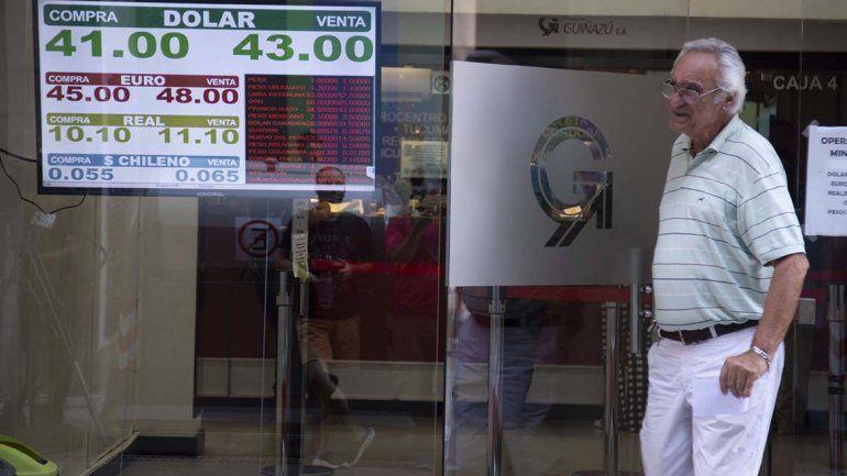 El dólar tocó su máximo histórico: cerró por encima de los 43 pesos