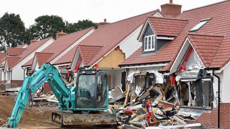 La constructora lo echó y rompió cinco viviendas