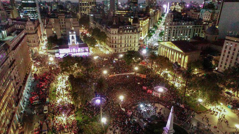 Una multitud marchó a la Plaza de Mayo en el 8M
