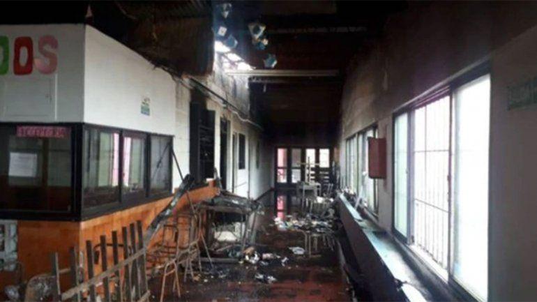 Dos menores incendiaron un colegio y sus padres deben pagar