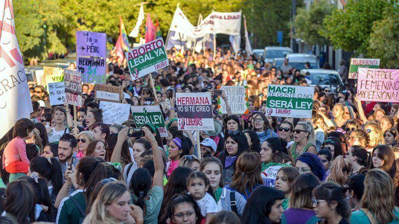Una multitud de mujeres se movilizó por el #8M en el centro neuquino