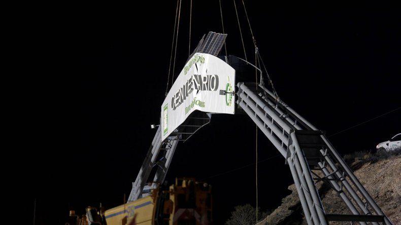 No se puede creer: camión cortó cables de electricidad al trasladar el arco engualichado de Centenario
