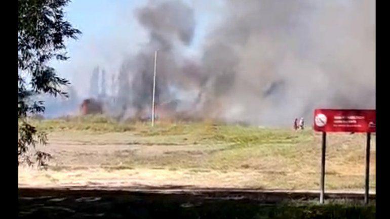 Bomberos trabajaron en un incendio de pastizales en Isla 132