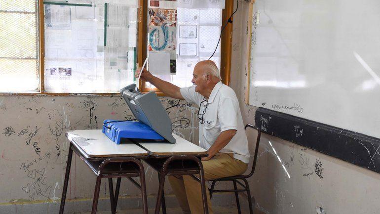 Capacitadores facilitaron la votación con las máquinas
