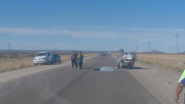 Pareja neuquina regresaba desde la costa y volcó en la ruta 23: una mujer de 64 murió
