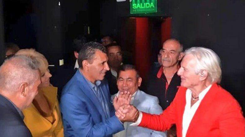 Video: Sergio Denis se cayó del escenario en pleno show y está internado