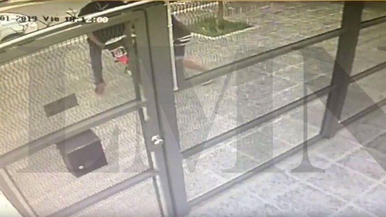 Video: así se robaron una moto de la puerta de una casa en Centenario