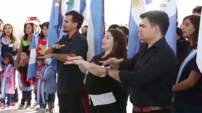 Así fue la presentación oficial del himno provincial en lengua de señas en la escuela de Nueva Esperanza