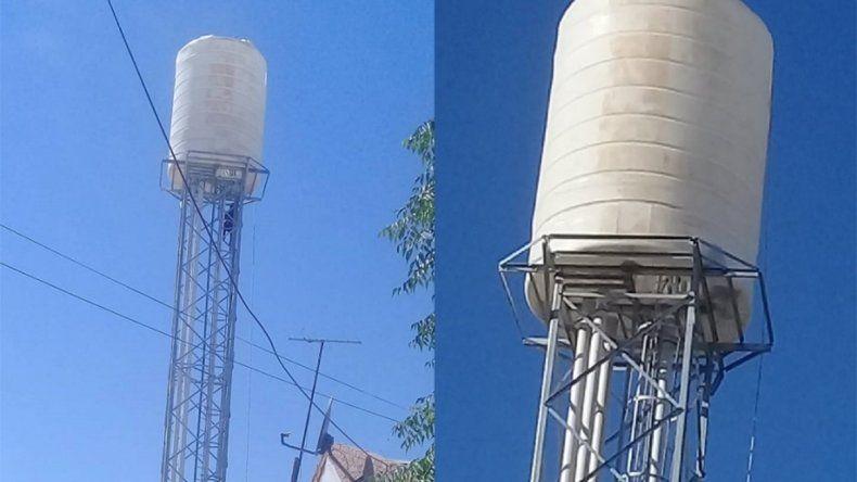 Denuncian que están encubriendo una antena de internet con un tanque de agua