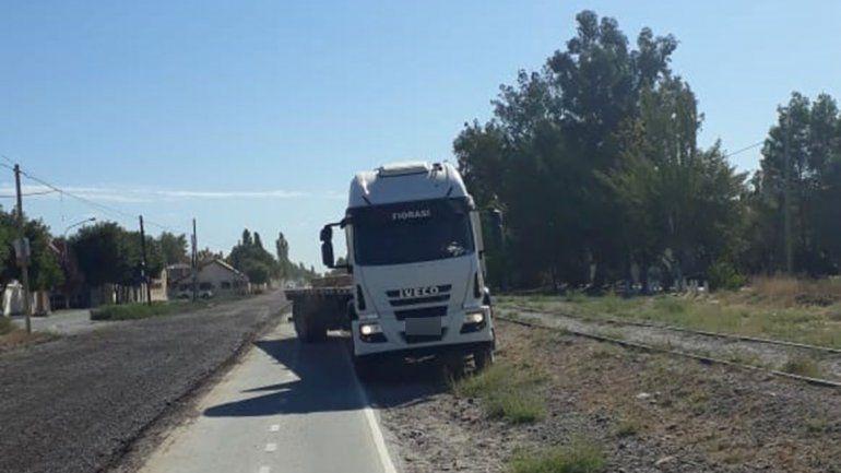 Vale todo: camionerose estacionó sobre la ciclovía