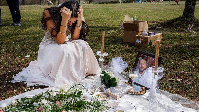 Despidió a su prometido con el vestido de novia