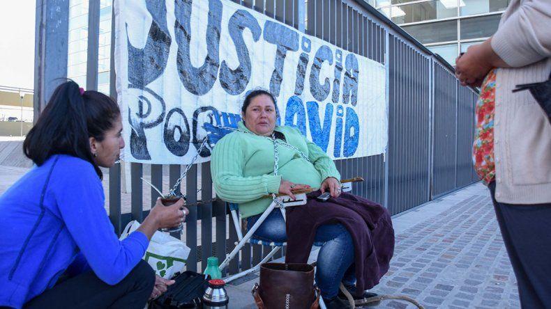 Una mujer se encadenó para reclamar justicia por la muerte de su hijo baleado