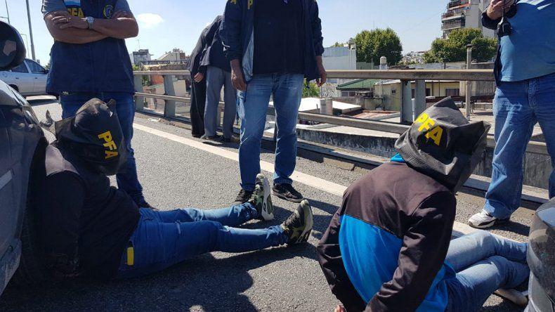 Acorralado por la Policía, se arrojó desde un puente