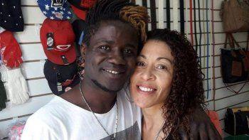un africano encontro un celular y termino preso