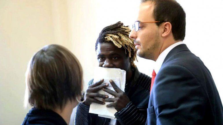 Un africano encontró un celular y terminó preso