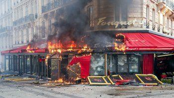 chalecos amarillos protestaron y destrozaron emblematicos locales