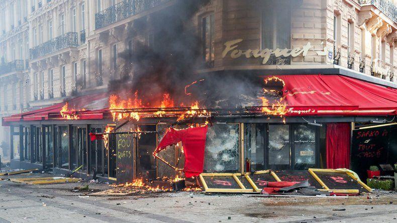 Chalecos amarillos volvieron a protestar y destrozaron emblemáticos locales parisinos
