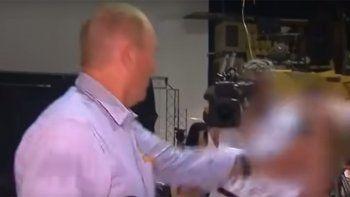 video: senador antisemita golpeo a un joven que le tiro un huevazo