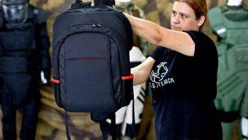 polemicas mochilas antibalas para casos de tiroteos escolares
