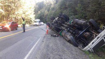 camionero perdio el control y termino volcando en la ruta 40