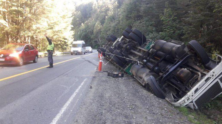 Camionero perdió el control y terminó volcando en la Ruta 40