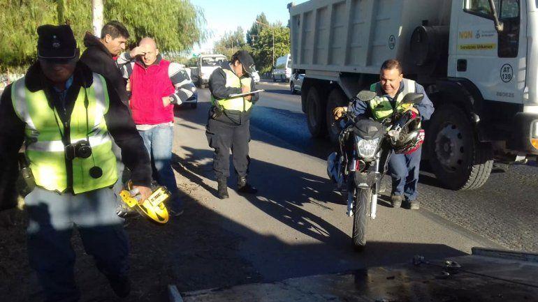 Un choque entre una moto y una camioneta provocó un caos en la Ruta 22