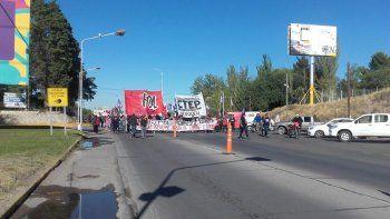organizaciones sociales cortan los puentes carreteros