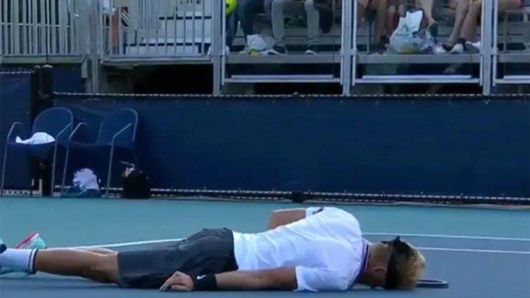 Video: acalambrado, un tenista se desplomó en medio de un partido