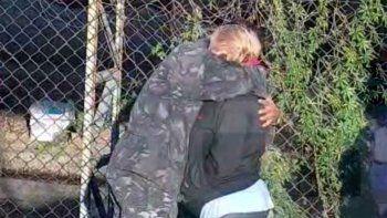 abrazo salvador: policia evito que una mujer se suicide