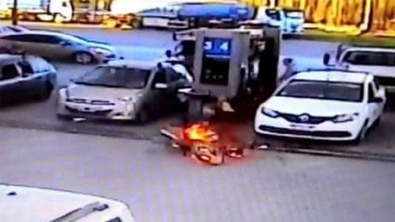Terminó de cargar nafta y se le prendió fuego la moto