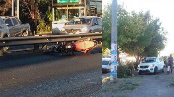 una moto y un auto chocaron frente al hospital bouquet roldan