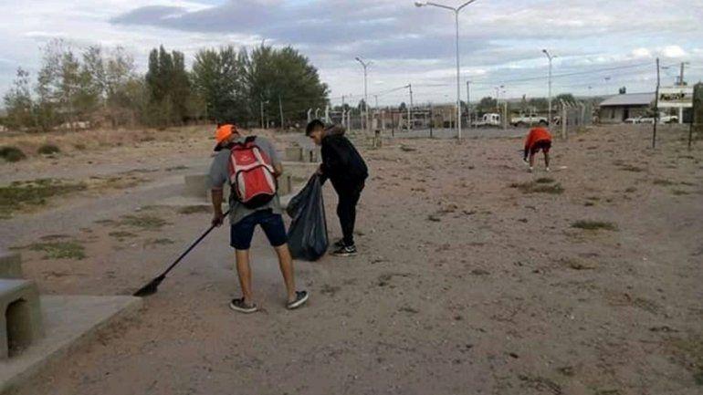Cansados de verla sucia, se organizaron y limpiaron la placita del barrio Hipódromo